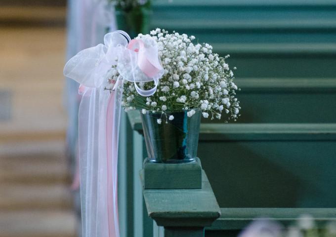 Blumen für Hochzeit in der Kirche