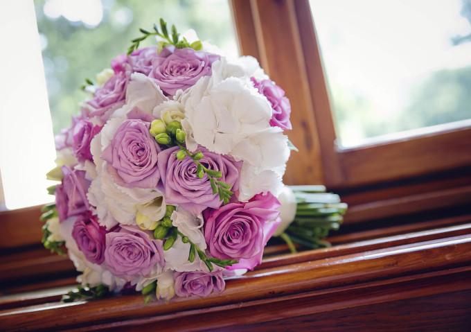 Brautstrauss weiße Rosen lila Rosen