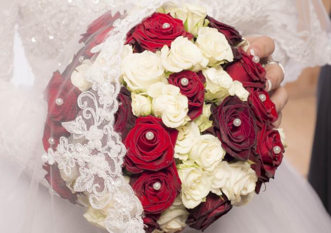 Brautstrass rote und weiße Rosen mit Perlen