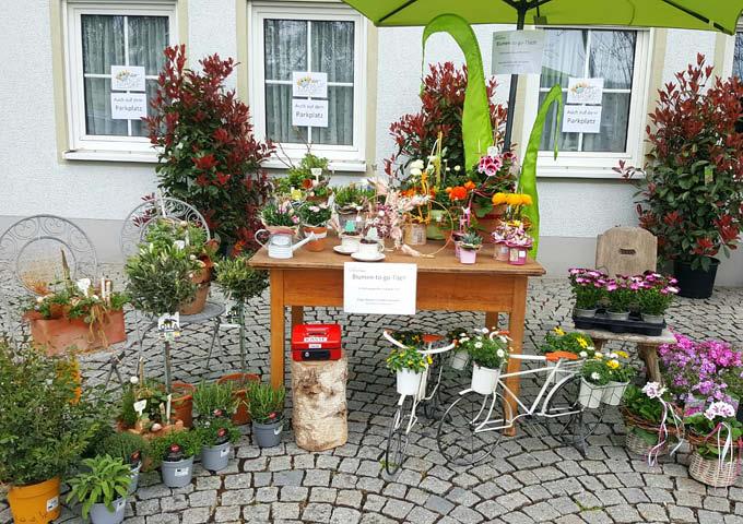 Tisch mit Blumen to go
